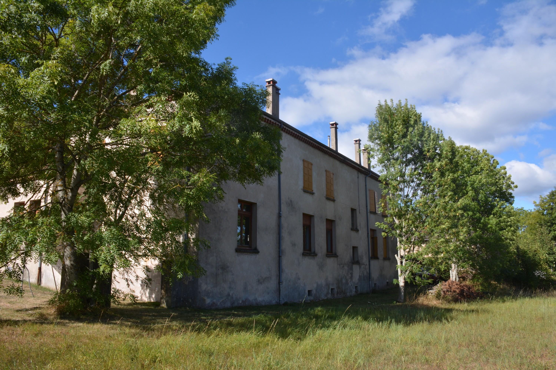 La façade nord-est de l'ancienne école de Grozon