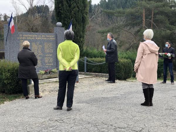 01 le groupe devant le monument aux morts