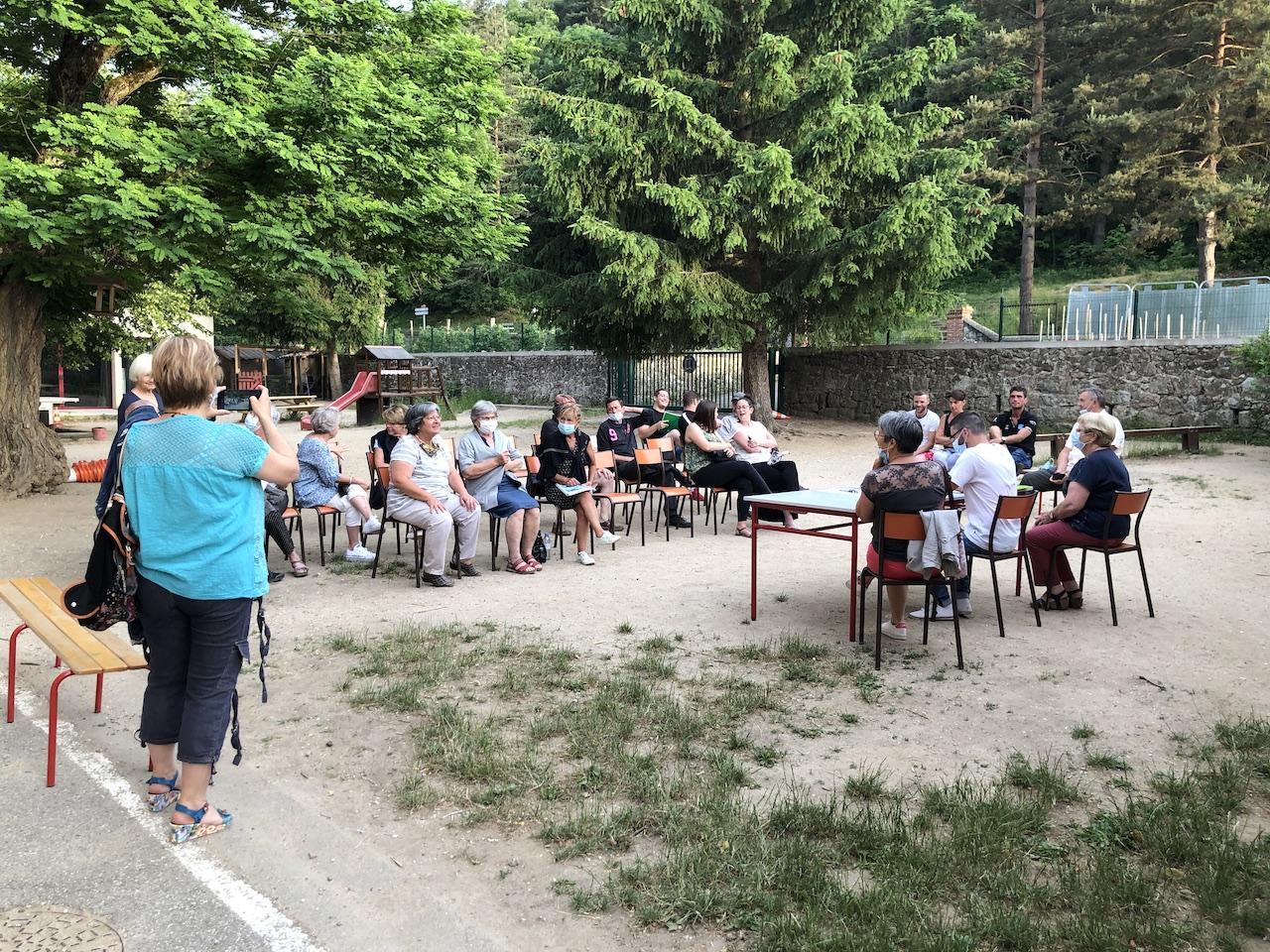 30 personnes s'étaient réunies dans la cour de l'école