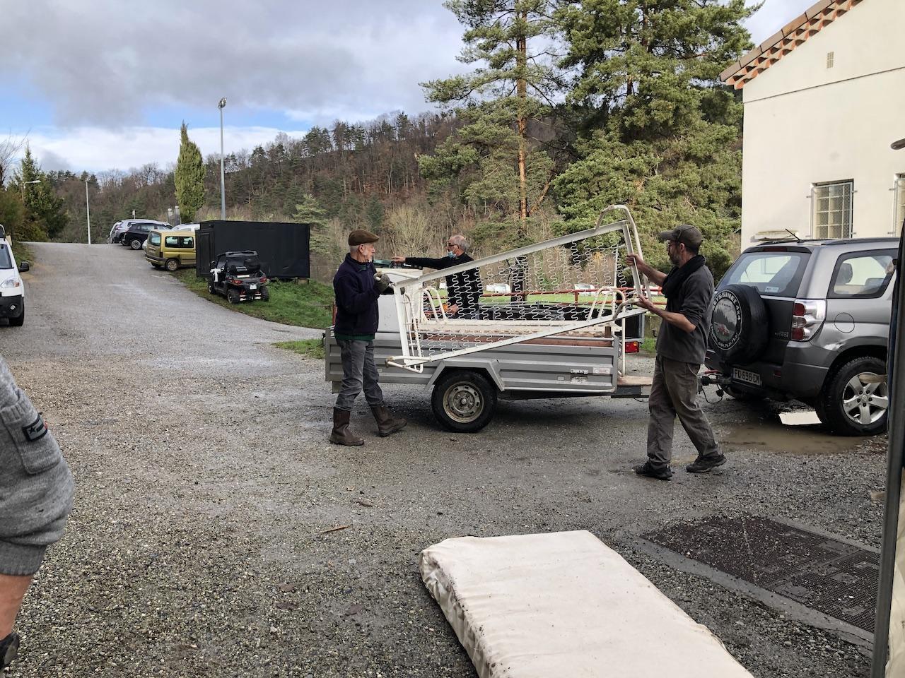 Jean-Pierre et Thibaud préparent la remorque