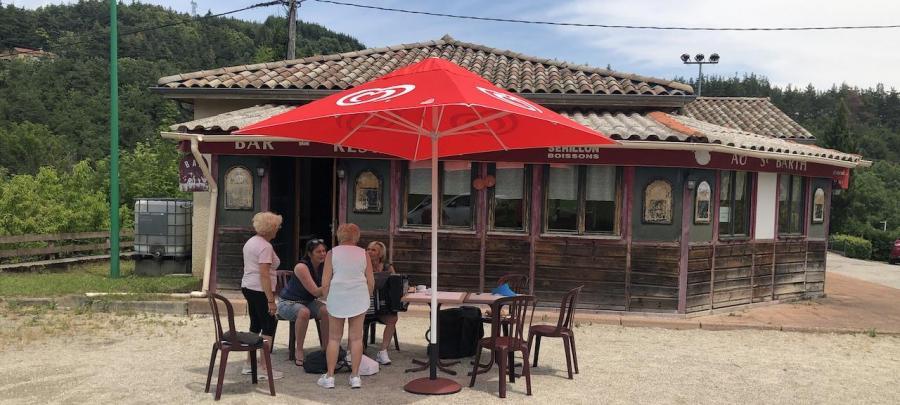 Les quatre dames et le parasol rouge
