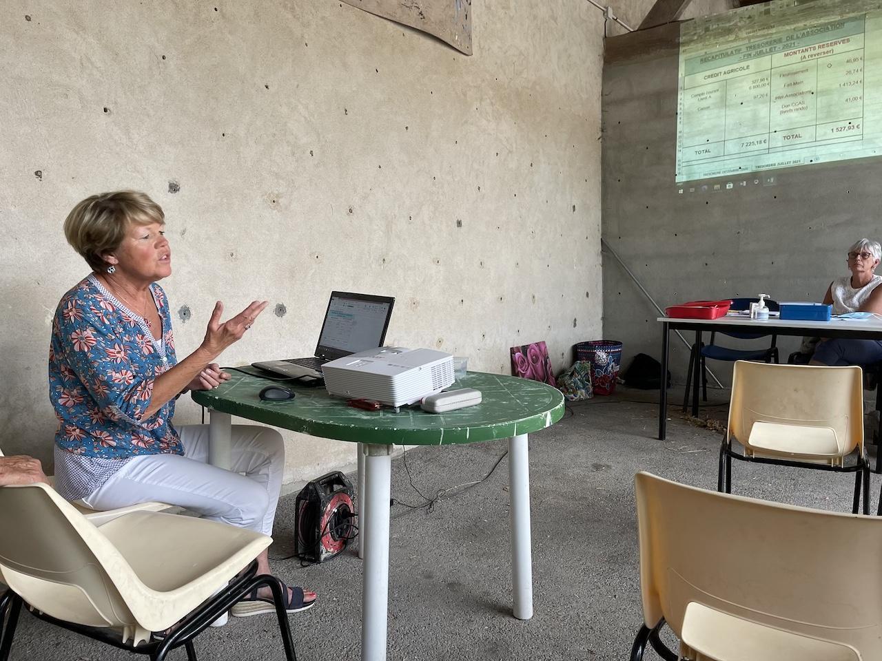 La Trésorière, Monique SAURET-CHAMBON, commente les Comptes