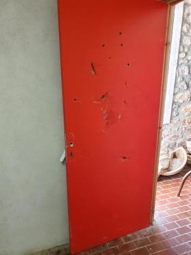 Vestiare de l arbitre trous dans la porte